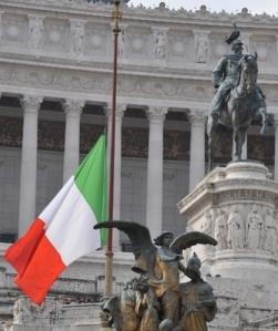 Tricolore a mezzasta per lutto nazionale_1239368380